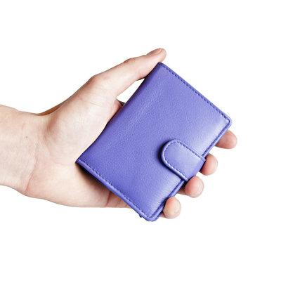 Pasjeshouder met cardprotector gemaakt van paars rundleer