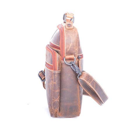 Compacte schoudertas van buffelleer in de kleur cognac