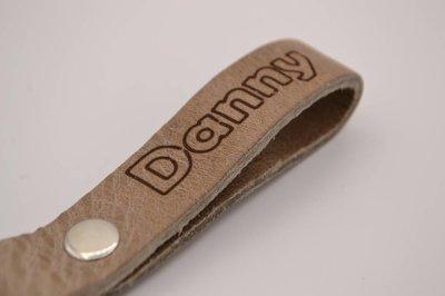 taupe echt lederen sleutelhanger met eigen naam of logo